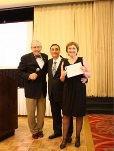 Dra. Lídia Yavich recebendo o prêmio pelo trabalho: patologia da ATM em crianças e adolescentes
